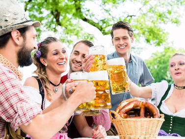 Bier Volksfest Feiern Bierfest Biergarten Anstossen Fotolia 114376747 Subscription Monthly M2
