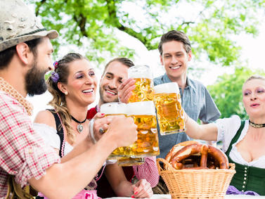 Bier Volksfest Feiern Bierfest Biergarten Anstossen Fotolia 114376747 Subscription Monthly M