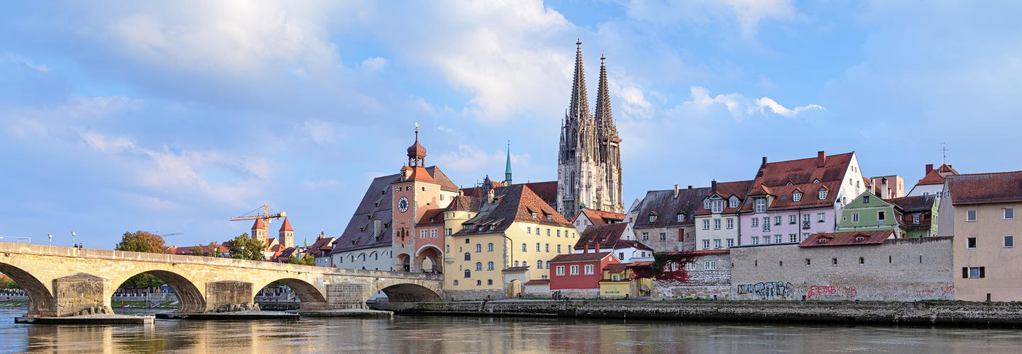 Regensburg Dom Steinerne Bruecke Donau Fotolia 72112620 Subscription Monthly M