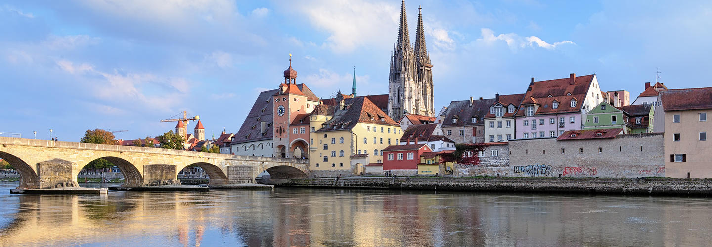 Regensburg Dom Steinerne Bruecke Donau Fotolia 72112620 Subscription Monthly M2