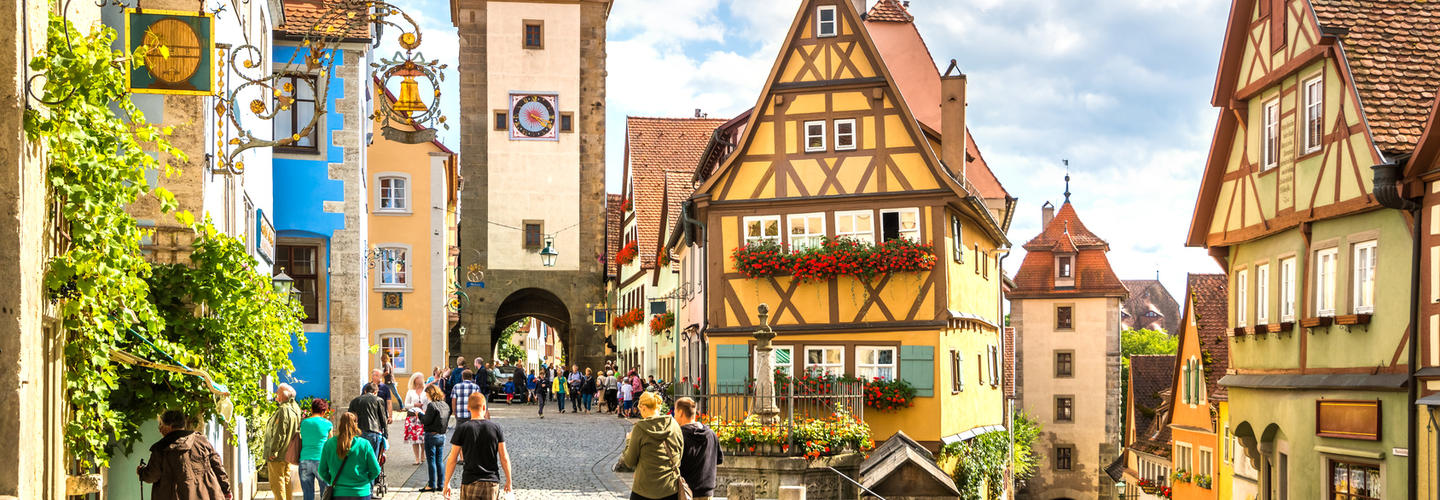 Rothenburg Tauber Fussgaengerzone Shopping Fotolia 82654129 Subscription Monthly M