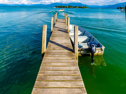 Chiemsee Steg Boot Chiemgauer Berge Fotolia 67433406 Subscription Monthly M2